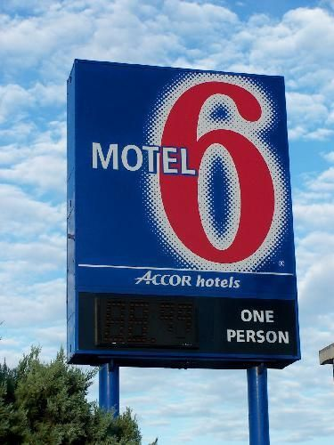Motel 6 Logo - Motel 6 Sign and Logo | Motel 6 got its name from the fact t… | Flickr