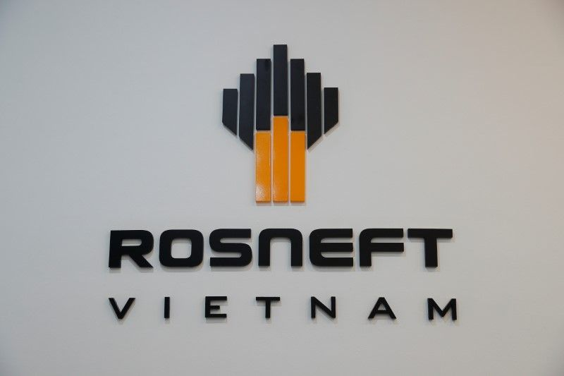 Rosneft Oil Logo - Rosneft halted oil output at 1,200 wells after fire this month - source